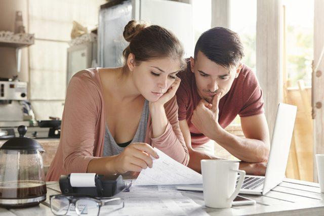 couple regardant leur facture