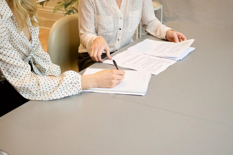 femmes signant des papiers