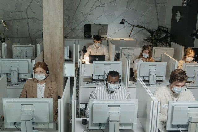 personnes masquées devant leur ordinateur