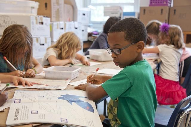 enfants dans une salle de classe d'école