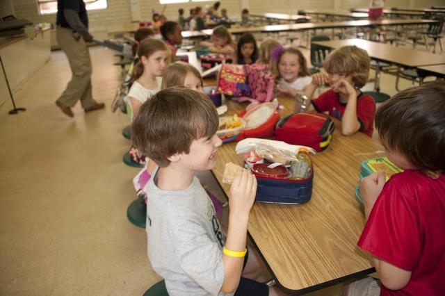 enfants dans une cafétéria d'école
