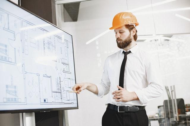 homme ingénieur faisant une présentation