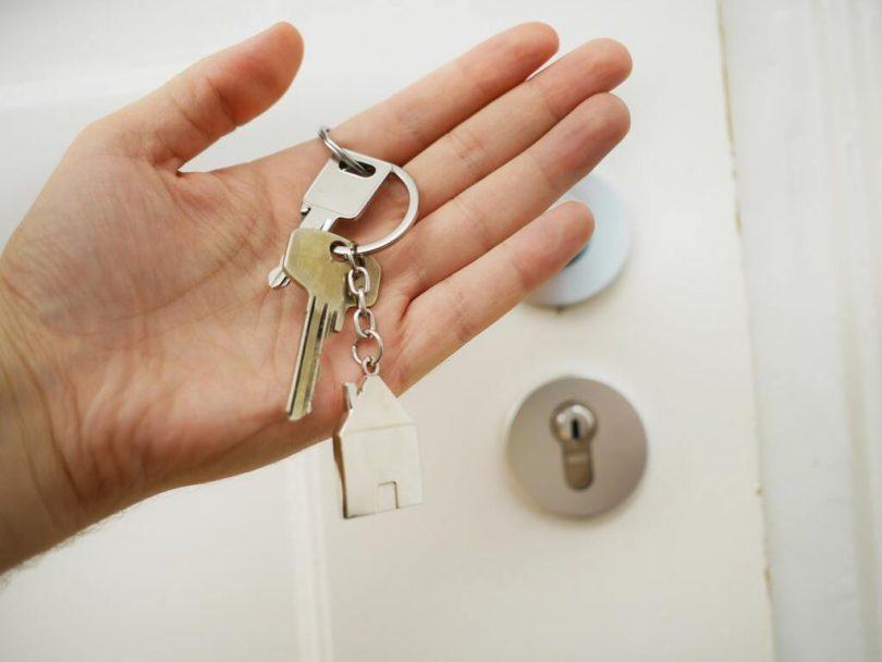 main tenant des clés de maison