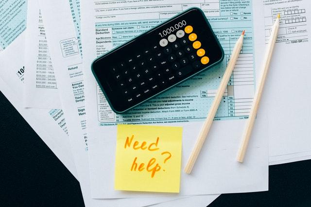 calculatrice et papiers administratifs