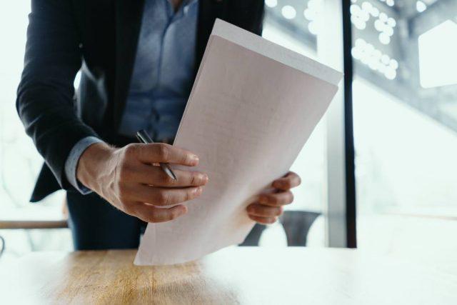 Main tenant des papiers - acte de vente d'un appartement